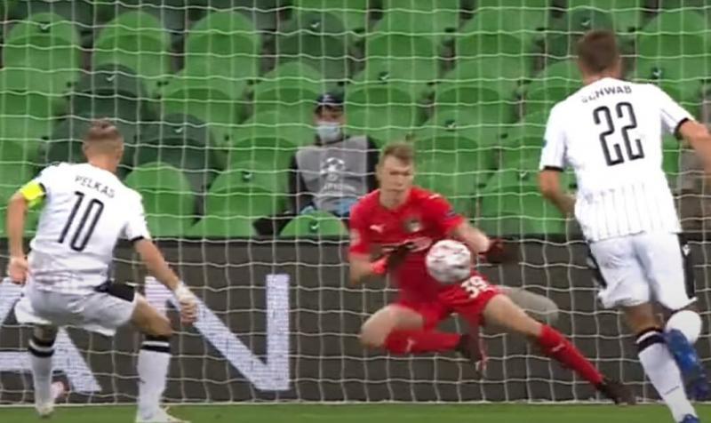 Матвей Сафонов отразил первый же пенальти в Лиге чемпионов!