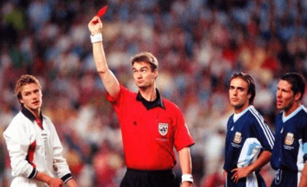 2 уникальных случая в мировом футболе, когда судьи удаляли сами себя
