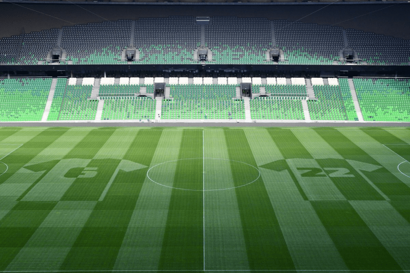 Почему футбольное поле полосатое?